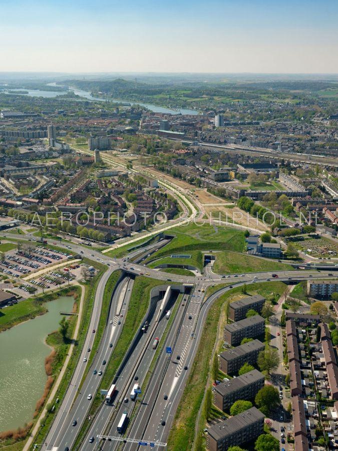 luchtfoto |  305432 | Maastricht, de A2 en de wijken Wijckerpoort  en Wittevrouwenveld met de Groene Loper gezien vanaf de noordelijke ingang van de Koning Willem-Alexandertunnel. opn. 18/04/2019