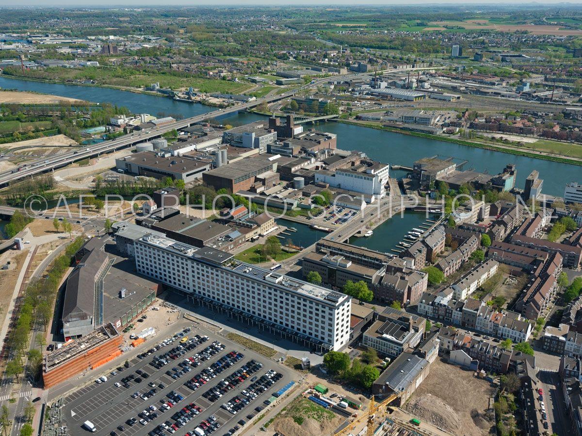 luchtfoto |  305433 | Maastricht,  het Boschkwartier met het  Bassin en Sphinxkwartier kijkend richting Maas en Noorderbrug. opn. 18/04/2019