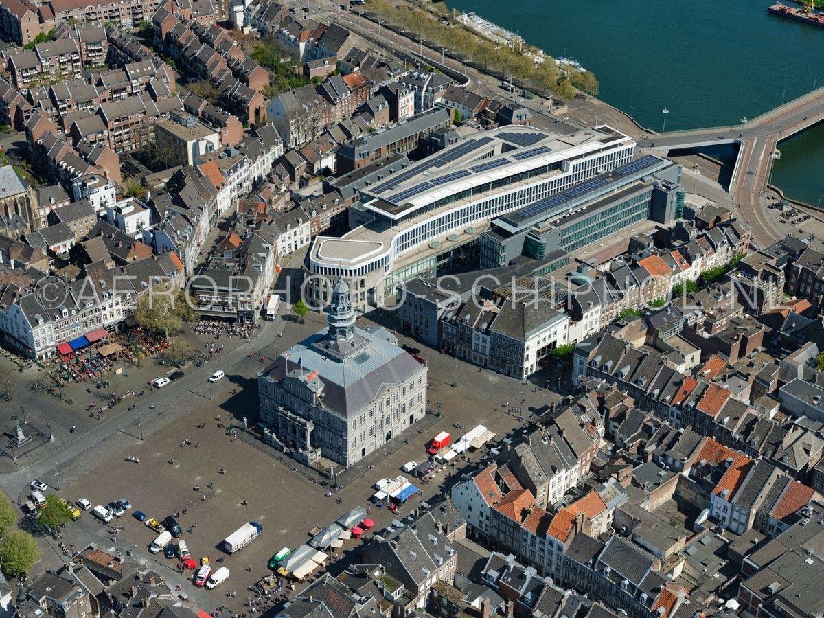 luchtfoto    305436   Maastricht,  Markt met het stadhuis en winkel- en kantorencomplex Mosae Forum. opn. 18/04/2019