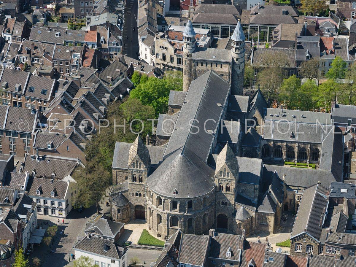 luchtfoto |  305438 | Maastricht,  de Basiliek van Onze-Lieve-Vrouw-Tenhemelopneming of Onze-Lieve-Vrouwebasiliek , Maastricht. opn. 18/04/2019