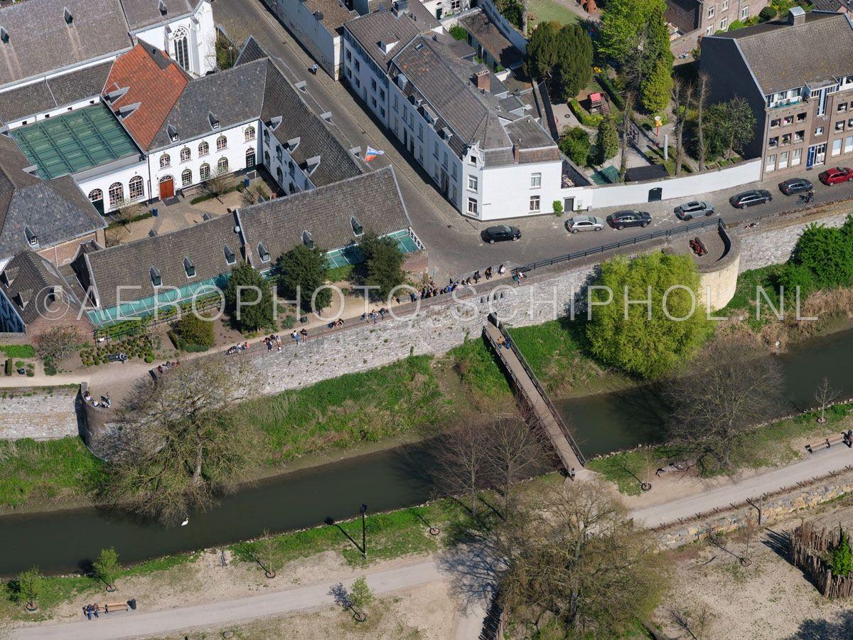 luchtfoto    305440   Maastricht,  de tweede stadsomwalling met het het Nieuwenhofpoortje, en de zuidelijke tak van de Jeker. opn. 18/04/2019