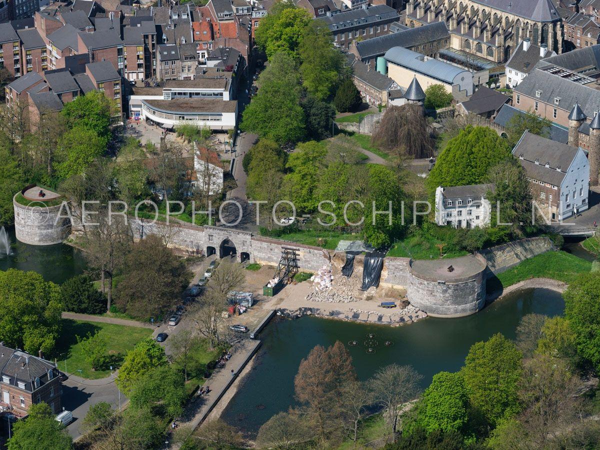 luchtfoto    305441   Maastricht, Poort Waerachtig, bastion de Vijf koppen en Haet ennde Nijt, een 15e en 16e eeuwse uitbreiding van de tweede stadsomwalling van Maastricht  met de in maart 2019 ingestorte stadsmuur. opn. 18/04/2019