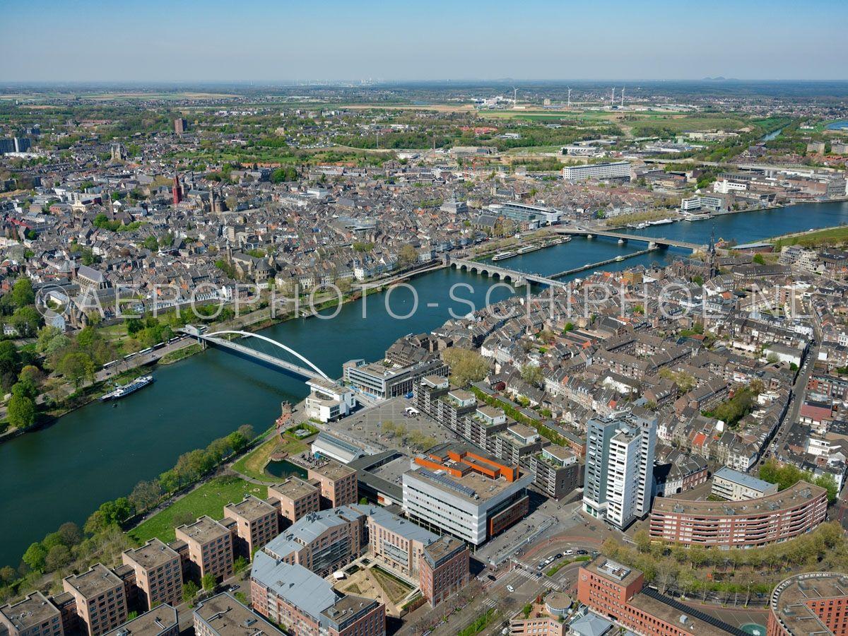 luchtfoto    305445   Maastricht, Plein 1992 met Centre Céramique en de wijken Wijck,  Céramique en de rivier de Maas. opn. 18/04/2019