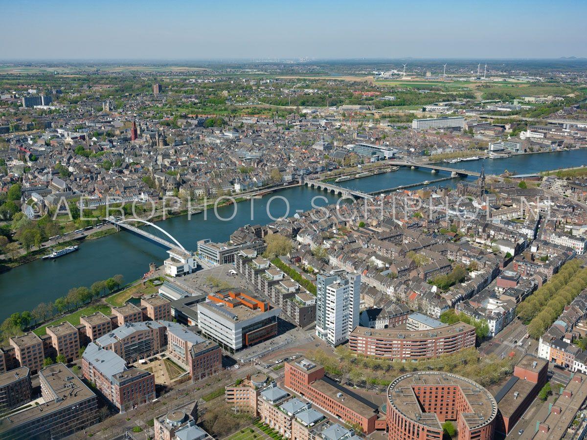 luchtfoto    305446   Maastricht, Plein 1992 met Centre Céramique en de wijken Wijck,  Céramique en de rivier de Maas. opn. 18/04/2019