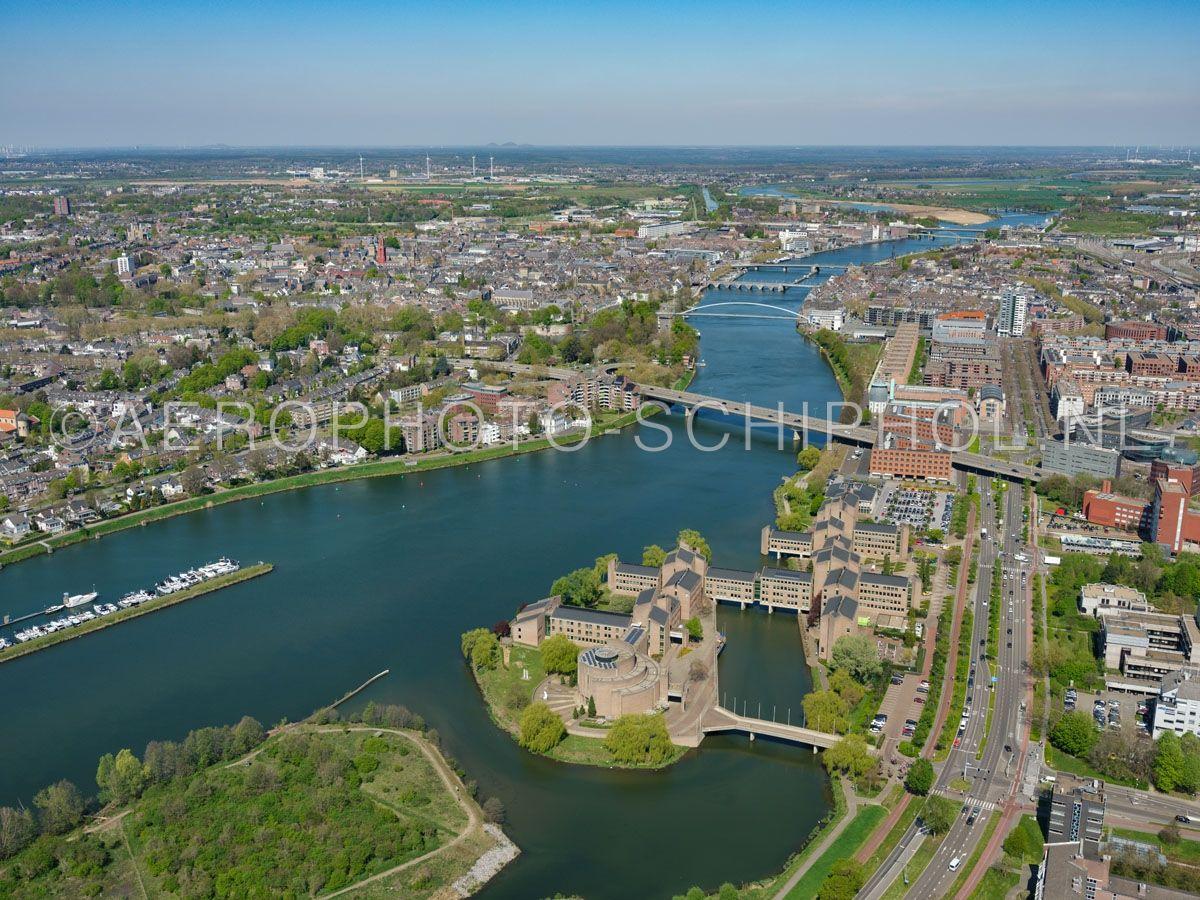 luchtfoto    305447   Maastricht, De Maas met het Gouvernement aan de Maas, links de wijk Jekerkwartier en Binnenstad, rechts Céramique en Wijck. opn. 18/04/2019