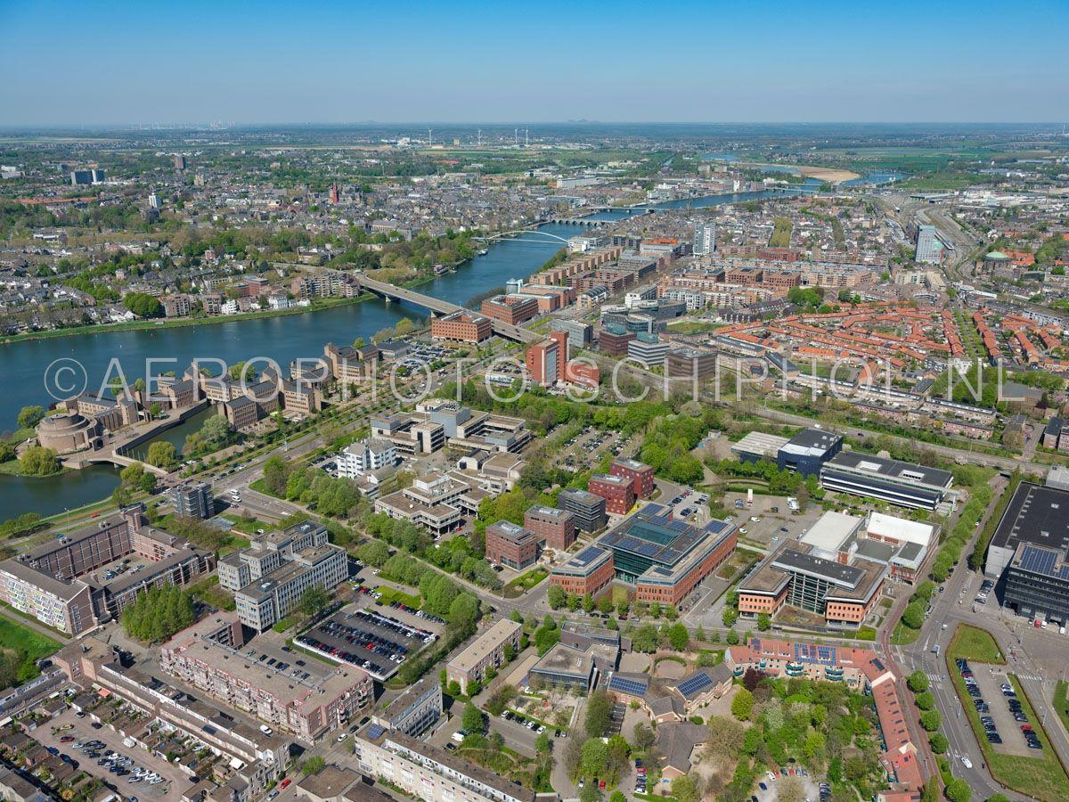 luchtfoto |  305448 | Maastricht, kantoren en het Gouvernement aan de Maas in de wijk Randwyck. opn. 18/04/2019