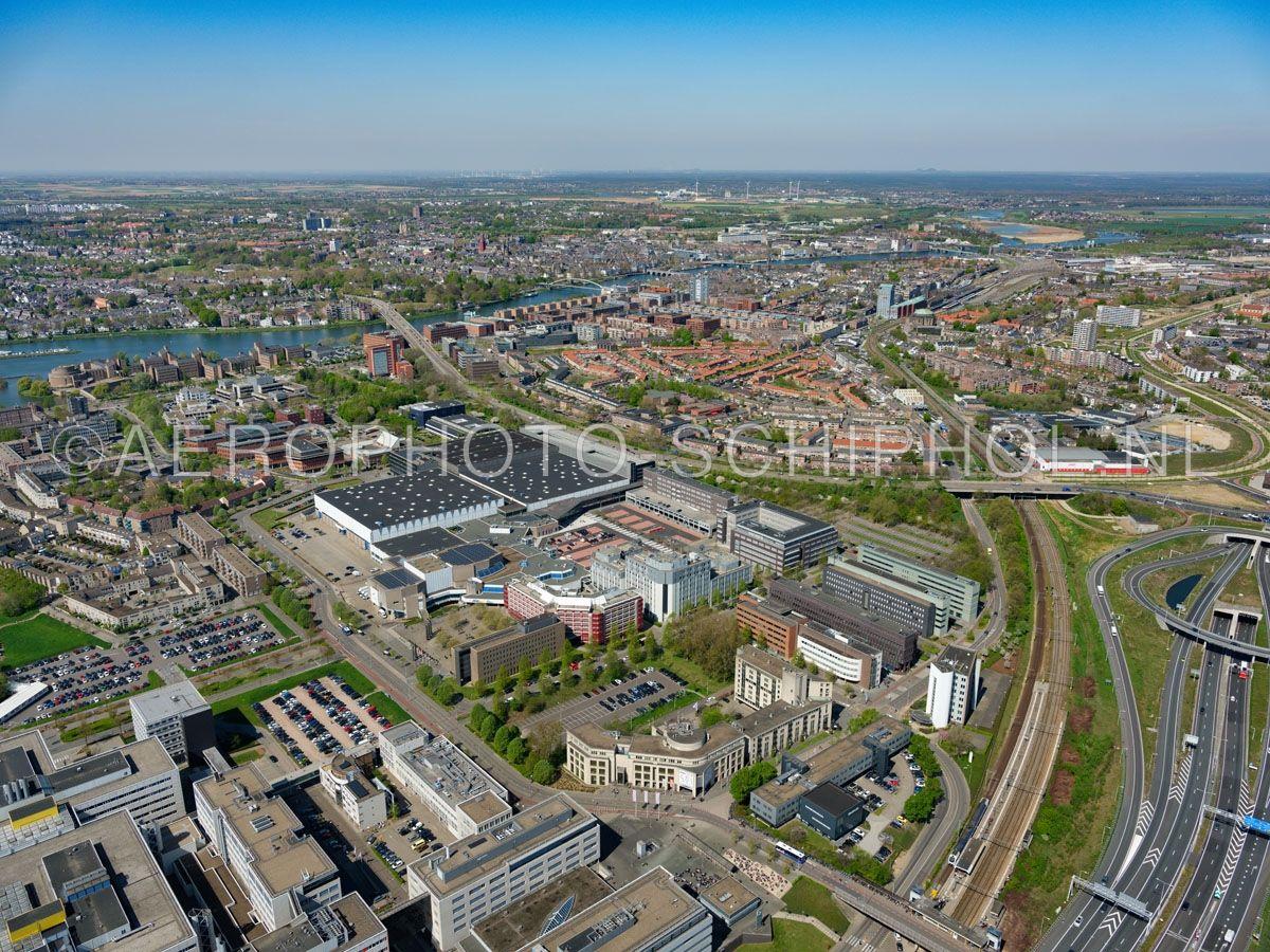 luchtfoto |  305449 | Maastricht, kantoren, MECC en het Gouvernement aan de Maas in de wijk Randwyck. opn. 18/04/2019