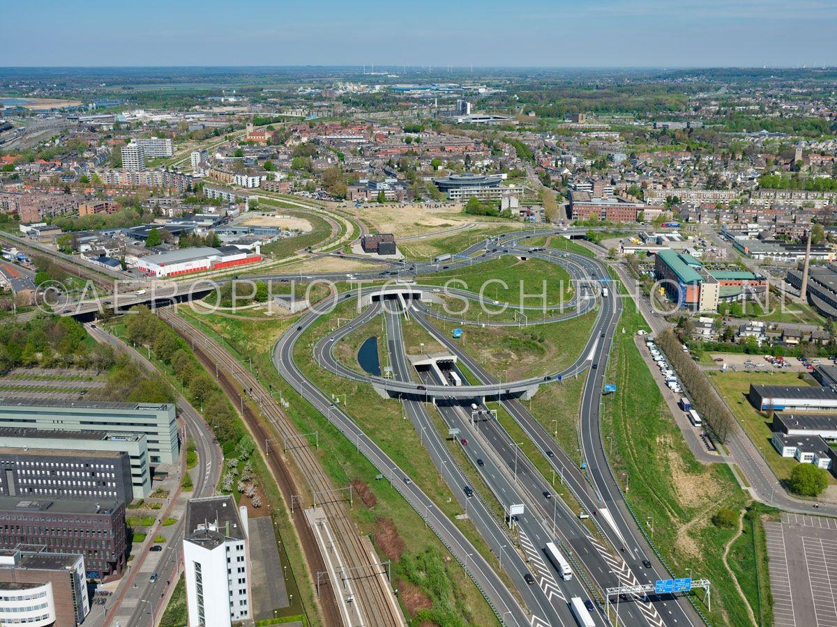 luchtfoto |  305450 | Maastricht, zuidelijke tunnelmond van de Koning Willem-Alexandertunnel. De tunnel verlost de wijken Heugemerveld, Wyckerpoort en Wittevrouwenveld van de overlast van het verkeer op de A2. opn. 18/04/2019