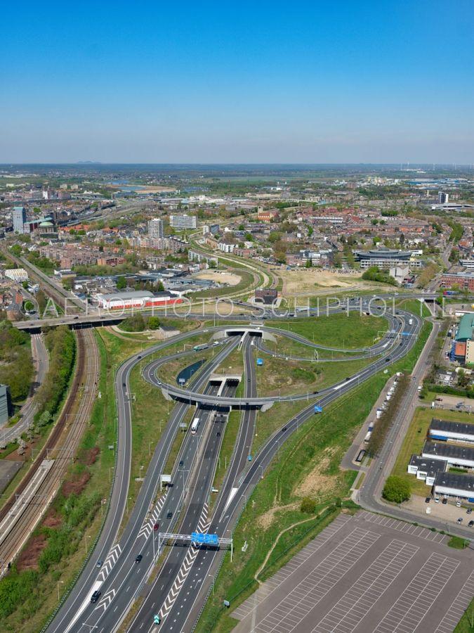 luchtfoto |  305451 | Maastricht, zuidelijke tunnelmond van de Koning Willem-Alexandertunnel. De tunnel verlost de wijken Heugemerveld, Wyckerpoort en Wittevrouwenveld van de overlast van het verkeer op de A2. opn. 18/04/2019