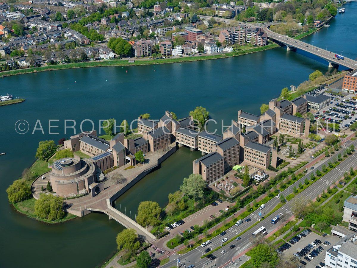 luchtfoto    305452   Maastricht, het Gouvernement aan de Maas of het Provinciehuis van Limburg. Het gebouw is deels gebouwd over de Maasarm Papenwater. opn. 18/04/2019