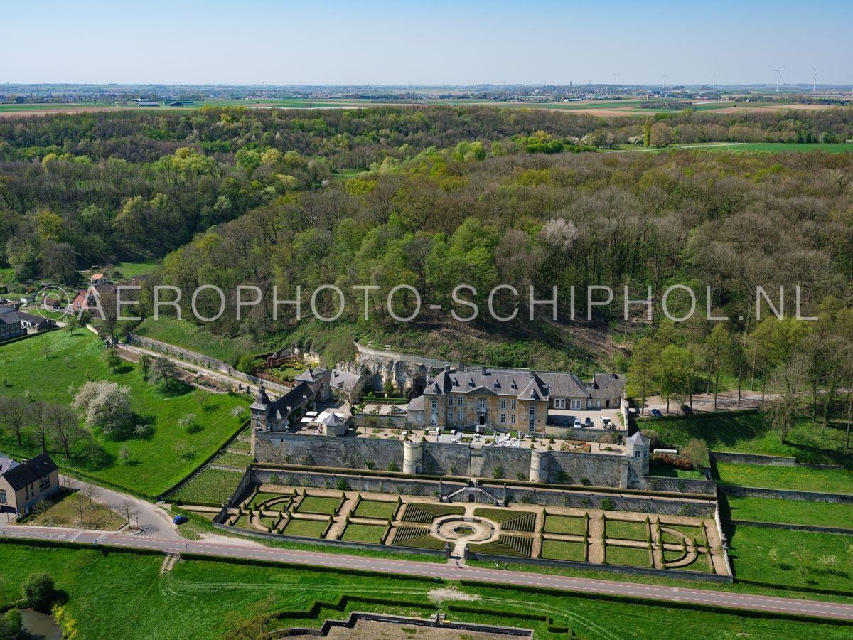 luchtfoto |  305455 | Maastricht, Cannerberg, Kasteel Neercanne (Château Neercanne, kasteel Agimont) werd in de 17e eeuw gebouwd  op de helling van de Cannerberg in het Jekerdal. opn. 18/04/2019