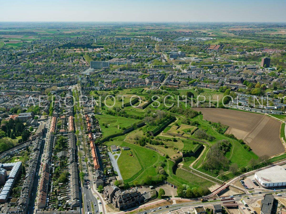 luchtfoto |  305457 | Maastricht,  Frontenkwartier, de Hoge Fronten (de Linie van Du Moulin) in het Frontenpark. opn. 18/04/2019