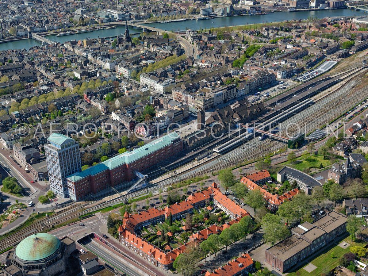 luchtfoto |  305458 | Maastricht, Wijck met  Station Maastricht, de Stationstraat, Wijcker Brugstraat en de Sint Servaasbrug. opn. 18/04/2019