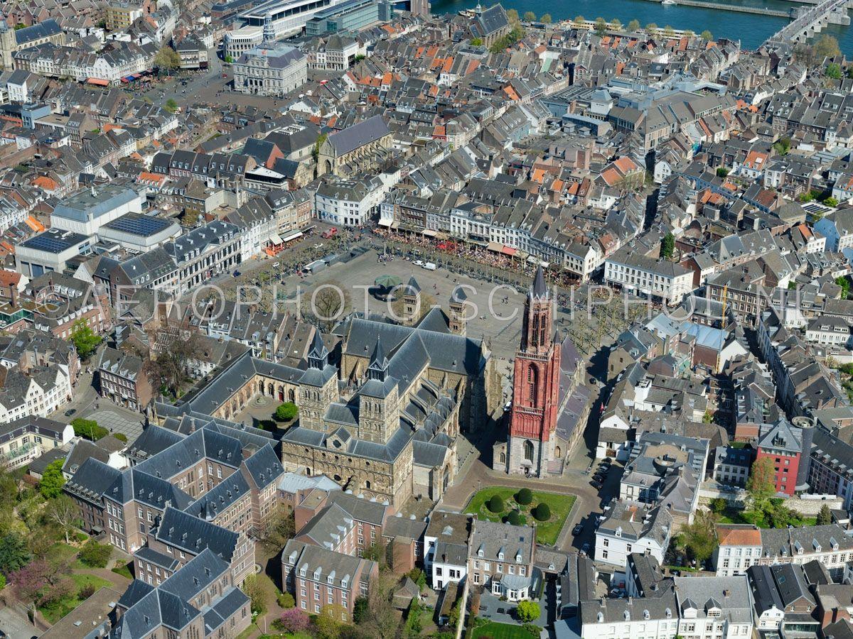luchtfoto    305459   Maastricht, het Vrijthof met de Sint-Janskerk en de Basiliek van Sint Servaas met de de Dubbelkapel (antiqua capella, kapittelhuis of stiftskapel )  opn. 18/04/2019