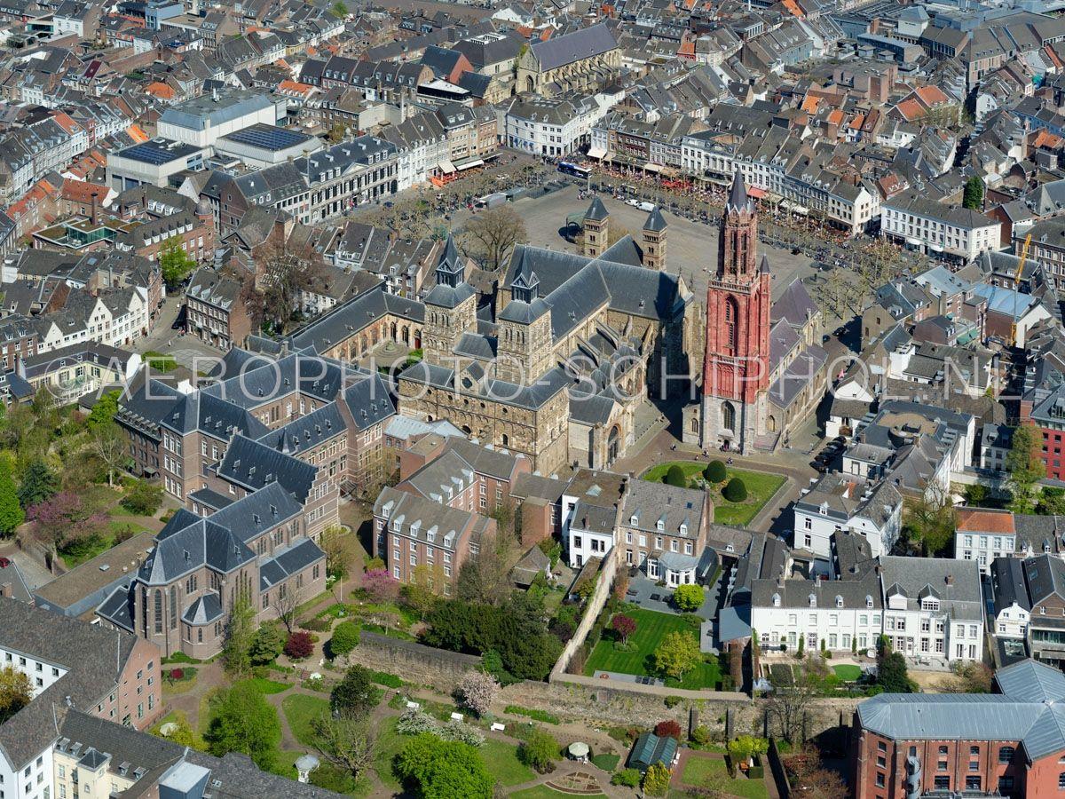 luchtfoto    305460   Luchtfoto van de Binnenstad Maastricht met in de voorgrond de de Stadsmuur uit de 13e eeuw, links het Klooster van de Zusters Onder de Bogen, centraal in beeld het Vrijthof,  opn. 18/04/2019