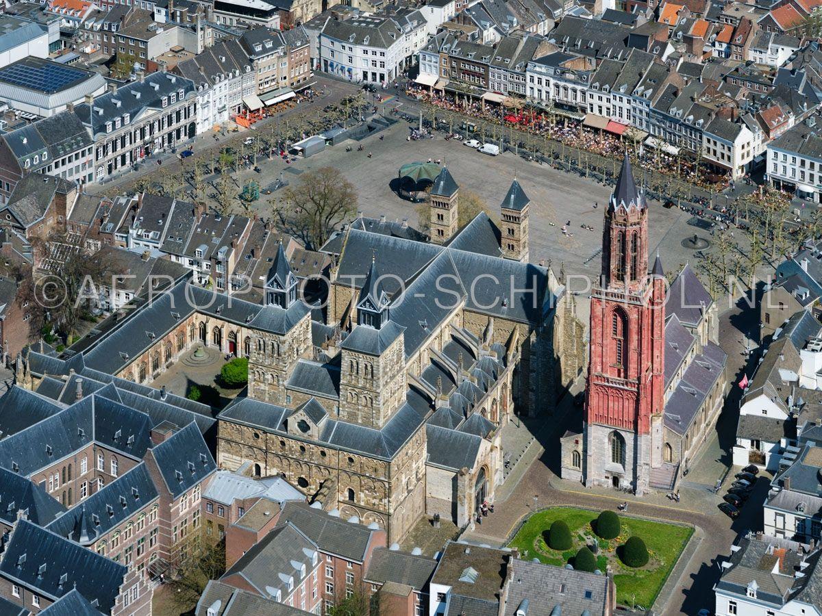 luchtfoto    305461   Maastricht, het Vrijthof met de Sint-Janskerk en de Basiliek van Sint Servaas met de de Dubbelkapel (antiqua capella, kapittelhuis of stiftskapel )  opn. 18/04/2019