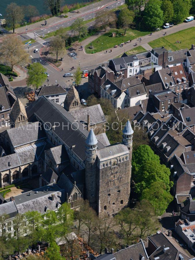 luchtfoto |  305462 | Maastricht,  de Basiliek van Onze-Lieve-Vrouw-Tenhemelopneming of Onze-Lieve-Vrouwebasiliek aan het Onze Lieve Vrouweplein. opn. 18/04/2019