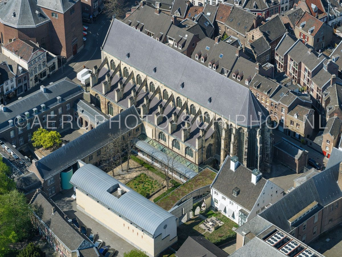 luchtfoto    305464   Maastricht,  Eerste Franciscanenklooster of Oude Minderbroederskerk. Het complex is een voormalig klooster van de franciscanen in het Jekerkwartier. opn. 18/04/2019