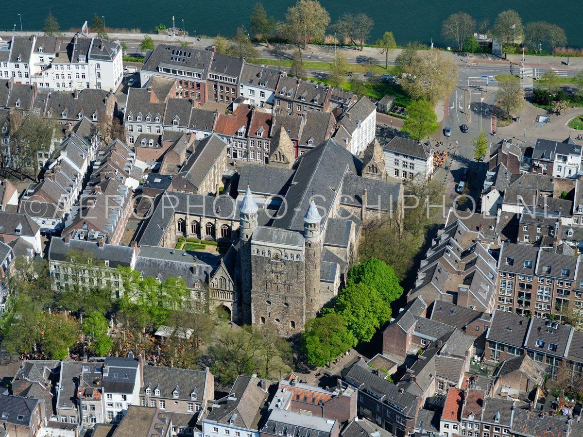 luchtfoto |  305465 | Maastricht,  de Basiliek van Onze-Lieve-Vrouw-Tenhemelopneming of Onze-Lieve-Vrouwebasiliek aan het Onze Lieve Vrouweplein. opn. 18/04/2019