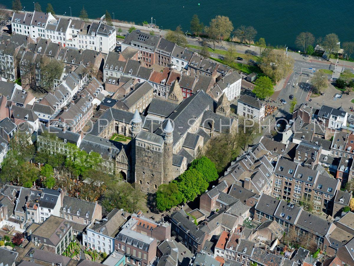 luchtfoto |  305466 | Maastricht,  de Basiliek van Onze-Lieve-Vrouw-Tenhemelopneming of Onze-Lieve-Vrouwebasiliek aan het Onze Lieve Vrouweplein. opn. 18/04/2019