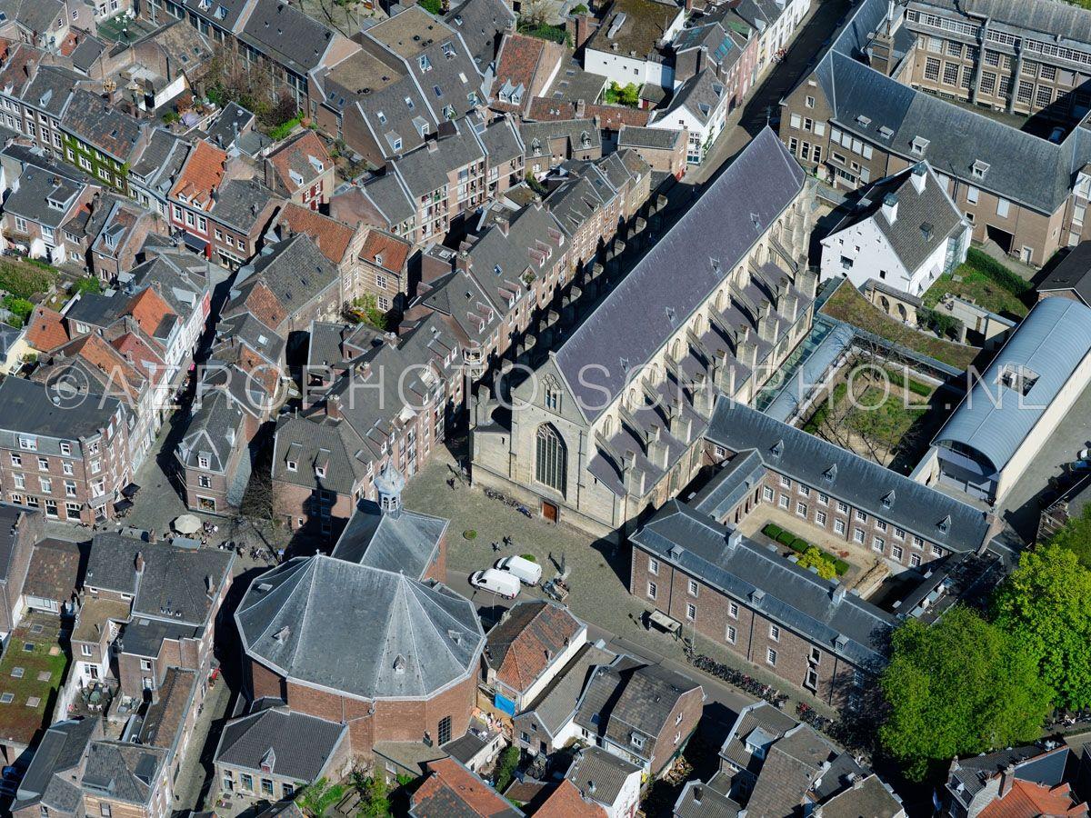 luchtfoto |  305467 | Maastricht,  Eerste Franciscanenklooster of Oude Minderbroederskerk links onder in beeld de Waalse kerk (Franse kerk) opn. 18/04/2019