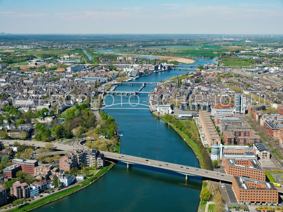 luchtfoto |  305468 | Maastricht, de Maasbruggen van onder naar boven: John F. Kennedybrug, Hoge Brug, Sint Servaasbrug, Wilhelminabrug, Spoorbrug Maastricht en de Noorderbrug opn. 18/04/2019
