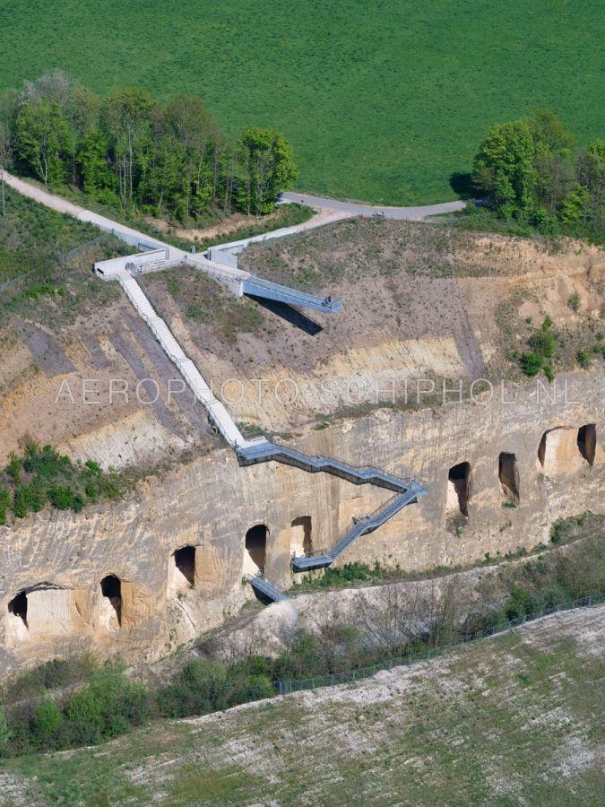luchtfoto |  305473 | Sint Pietersberg, Maastricht, Uitkijkplatform en trap naar de ENCI-groeve. opn. 18/04/2019