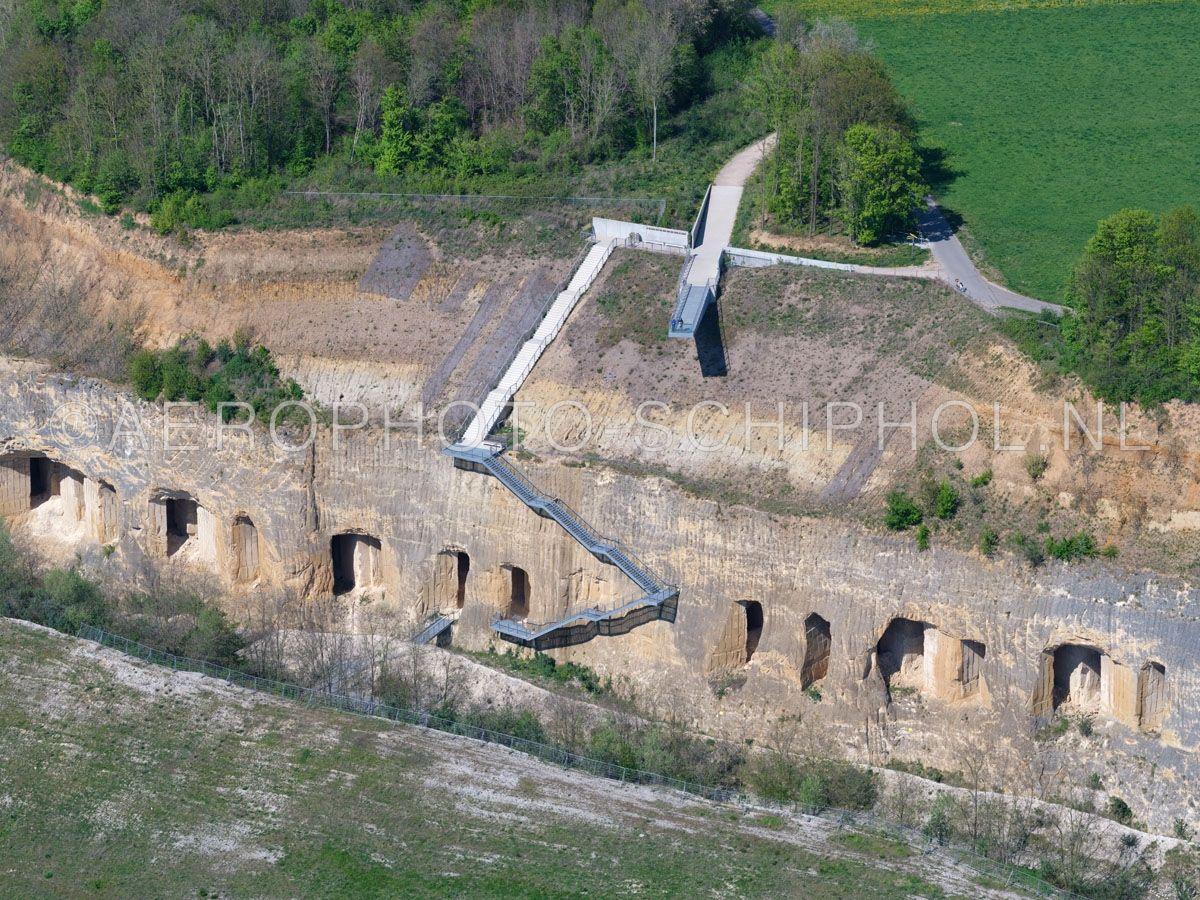 luchtfoto |  305474 | Sint Pietersberg, Maastricht, Uitkijkplatform en trap naar de ENCI-groeve. opn. 18/04/2019