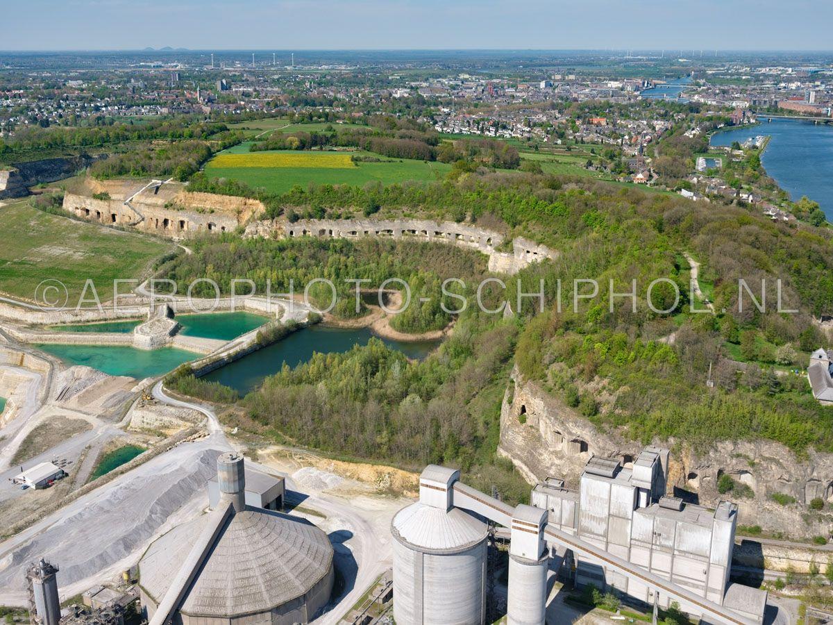 luchtfoto |  305479 | Maastricht, noordzijde van de Sint Pietersberg en ENCI-groeve met de mergelgrotten die zichtbaar werden door de afgraving. opn. 18/04/2019