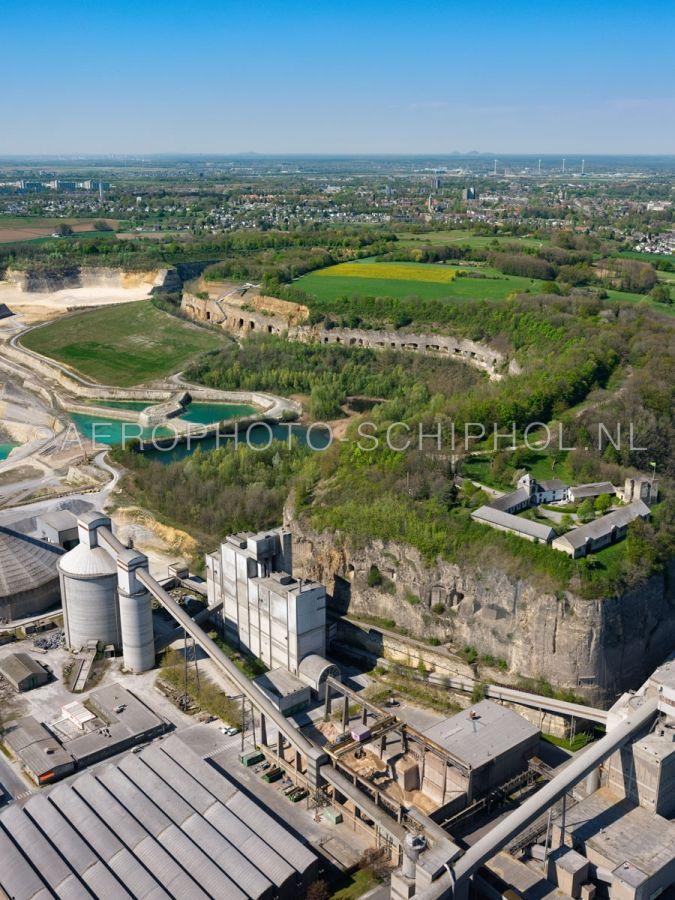 luchtfoto |  305480 | Maastricht, noordzijde van de Sint Pietersberg en ENCI-groeve met de mergelgrotten die zichtbaar werden door de afgraving, rechts kasteelruine, hoogteburcht,  Lichtenberg.  opn. 18/04/2019