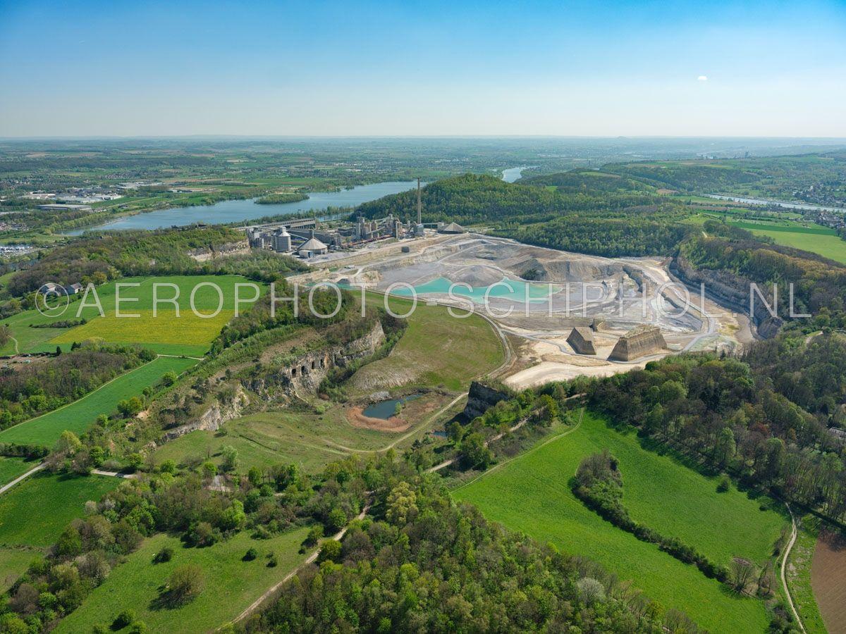 luchtfoto    305482   Maastricht,  Sint Pietersberg en ENCI-groeve gezien vanuit het noorden. De mergelwinning door de ENCI werd in 2018 gestopt en de groeve wordt aan de natuur  teruggegeven.  opn. 18/04/2019
