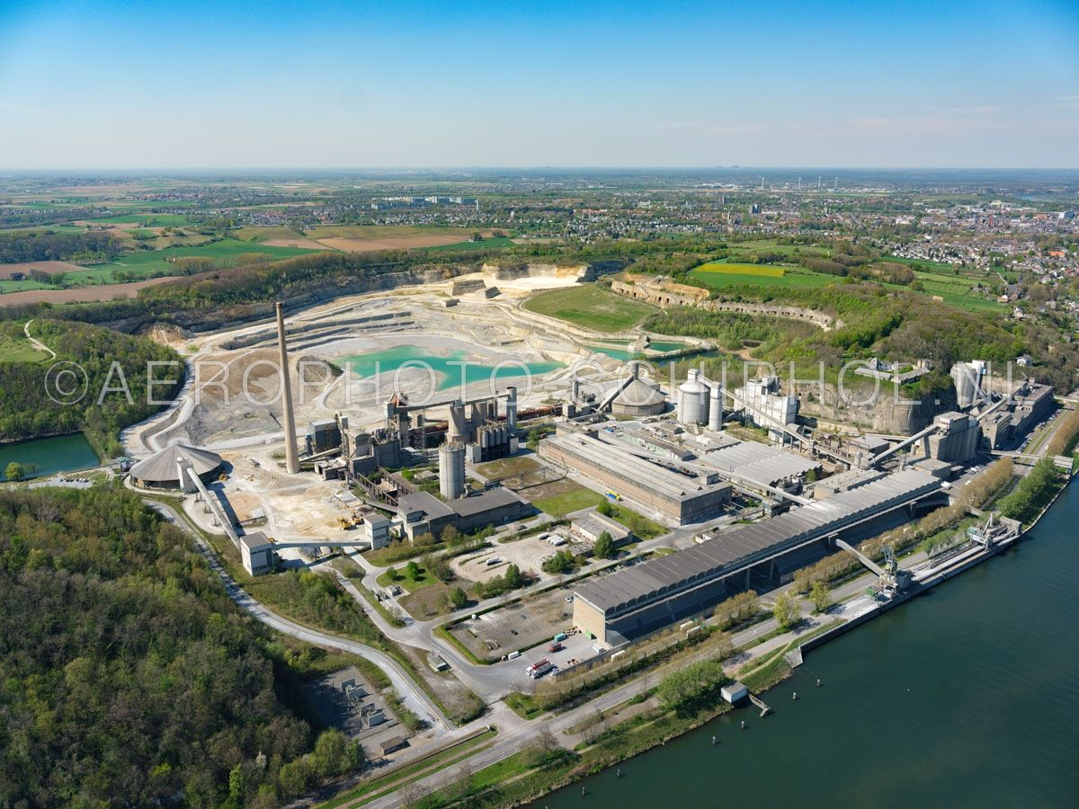 luchtfoto    305484   Maastricht,  Sint Pietersberg, ENCI-groeve,  de ENCI fabriek en bedrijfsterrein. De mergelwinning door de ENCI werd in 2018 gestopt maar de cementfabriek blijft in productie. opn. 18/04/2019